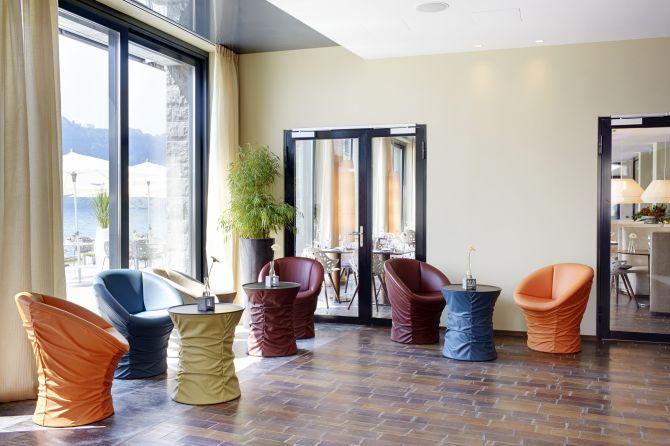 Lobby mit bunten Stühlen
