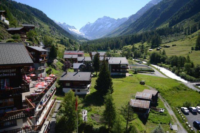 Hotel mit Blick Richtung Lötschenlücke