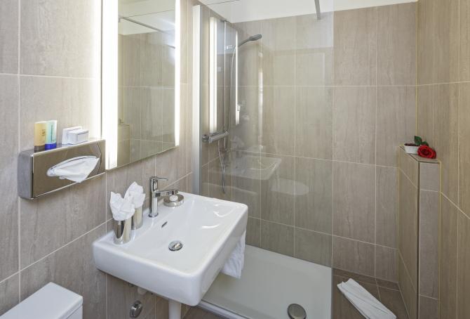 Neue Badezimmer in den Doppelzimmer mit Grandlit