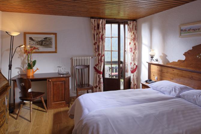 Chambre Hotel de Gruyères coté parc aux biches