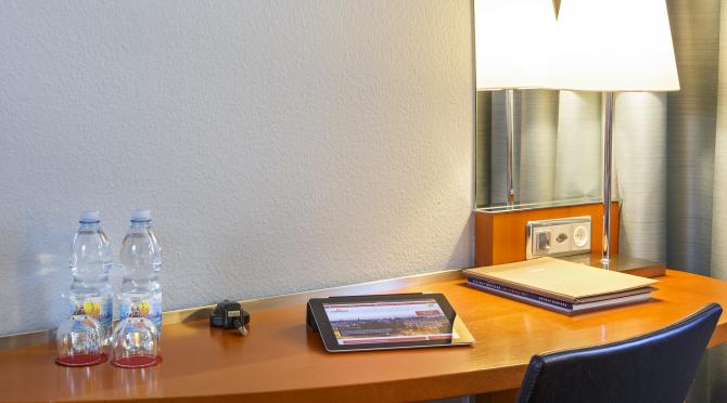 Comfort & First Zimmer Schreibtisch