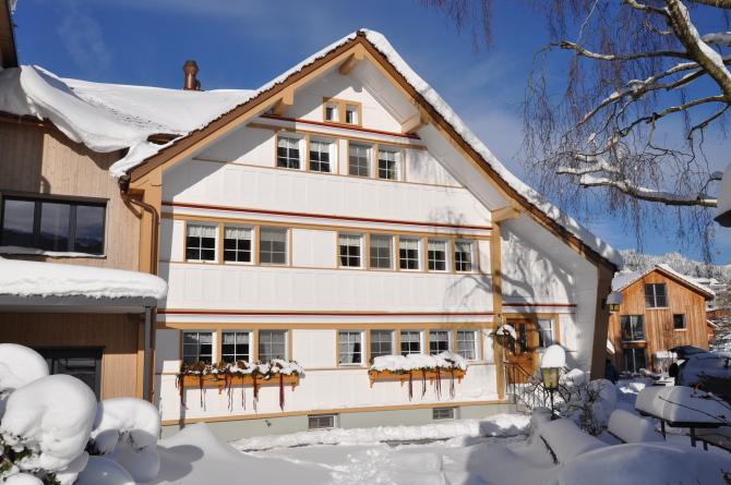 Frontansicht Winter Bären - Das Gästehaus