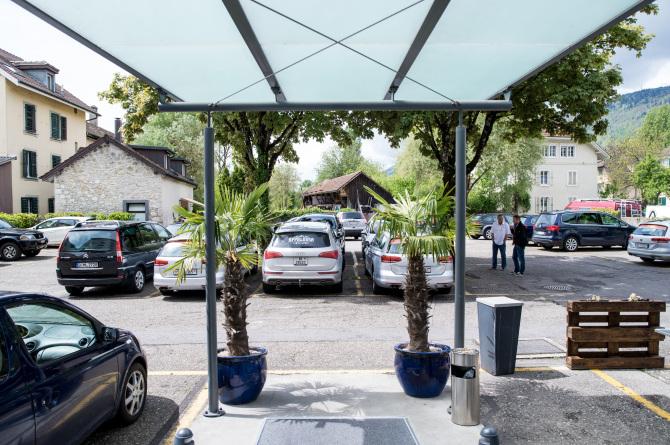 Parkplatz und Park