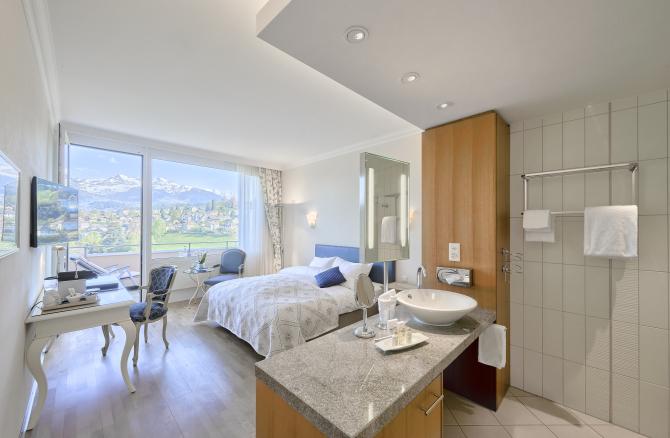 Hotel Eden Spiez - Komfortzimmer mit offenem Badezimmer