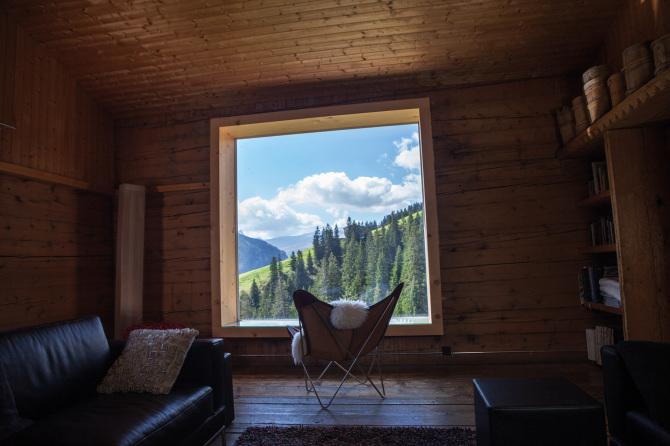 Aufenthaltsraum mit Panoramafenster