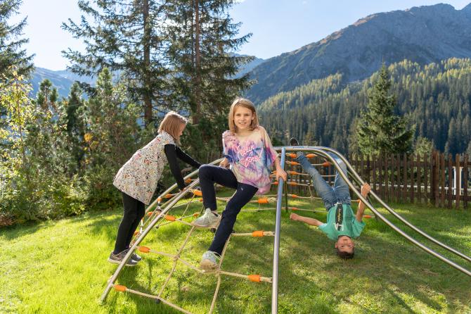 Garten Spielplatz - Sunstar Hotel Arosa
