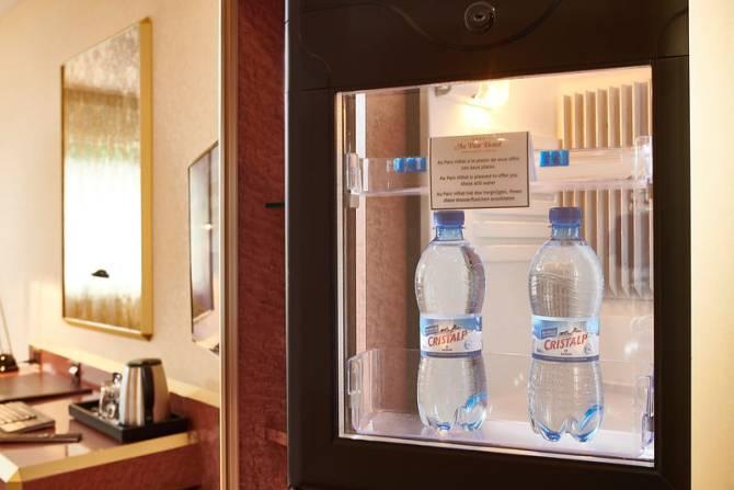 Mini bar en chambre avec 2 bouteilles d'eaux offertes