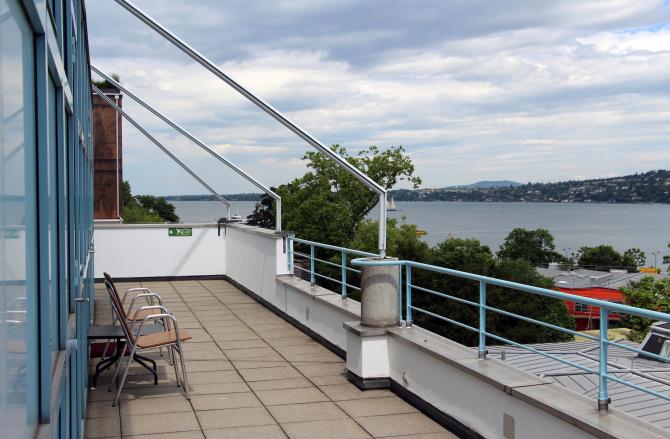 Terrasse avec une vue panoramique sur le lac